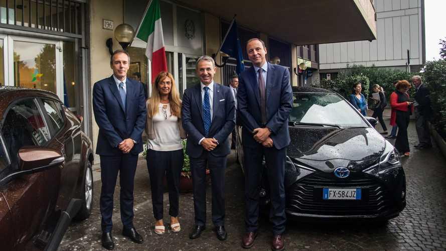 Una Toyota Yaris e una CH-R al ministro dell'Ambiente Sergio Costa