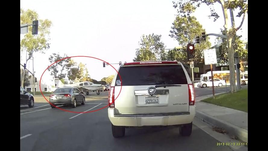 Vídeo: motorista flagra pouso de emergência em avenida