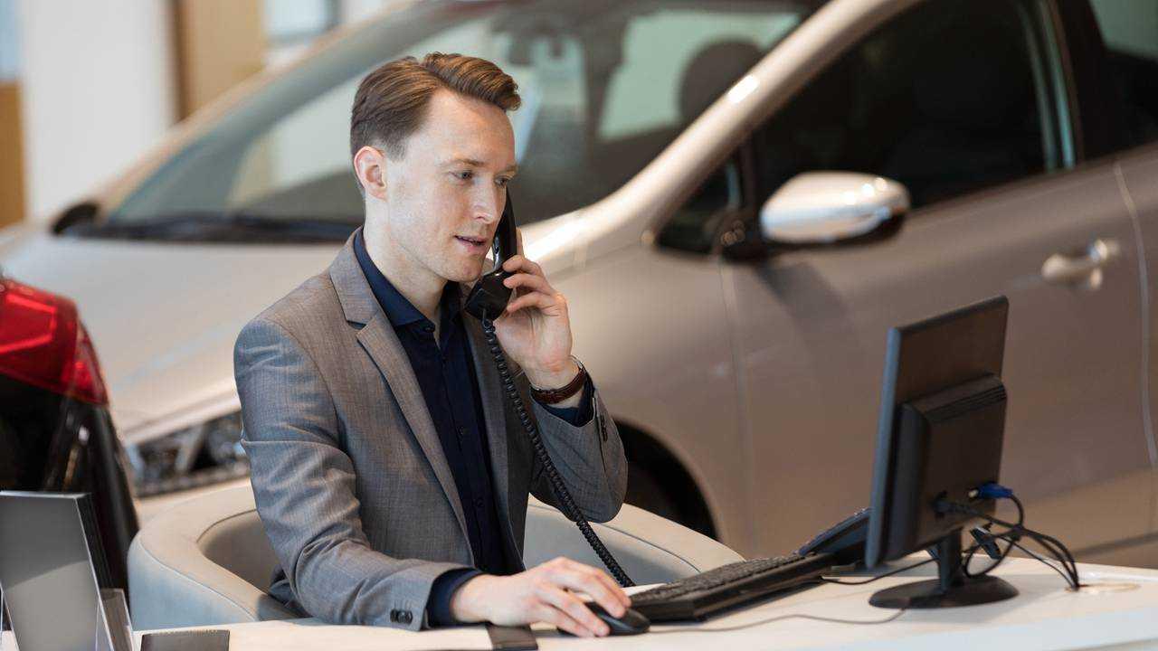 Araba galerisinde çalışan araba satıcısı satıcısı
