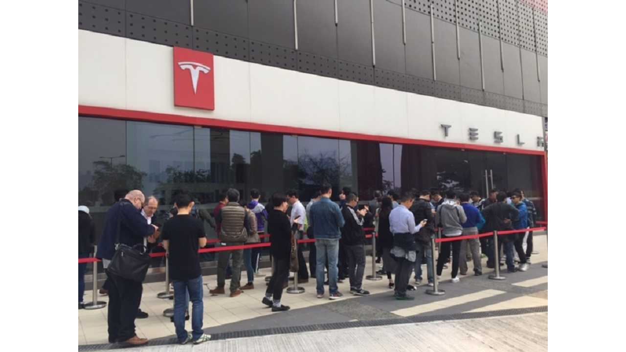 Tesla Hong Kong Sees Long Lines...And New Customers (InsideEVs/Alex Wai)