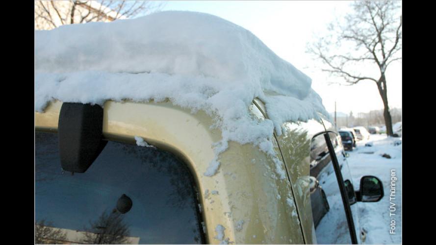 Achtung, Gefahr: Schnee auf Dach und Lampen beseitigen!