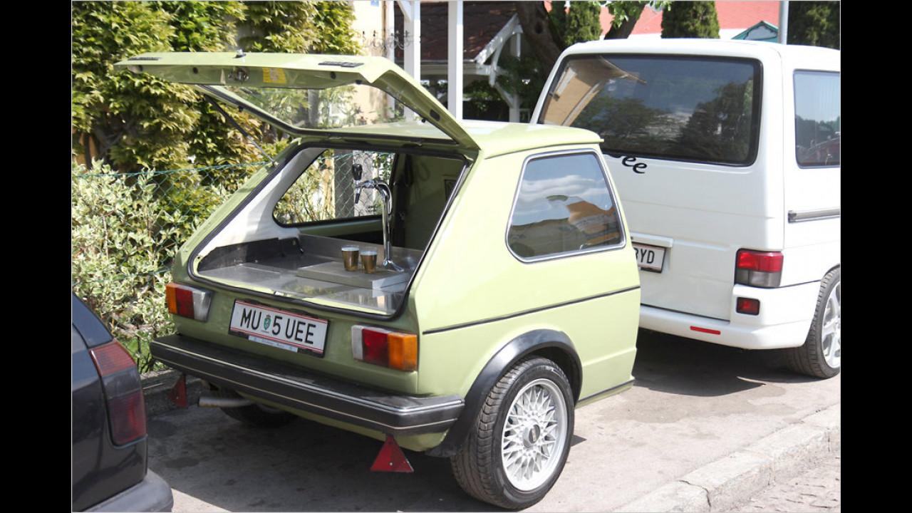 Dieser Besucher denkt praktisch und hat seine ganz persönliche Zapfsäule in seinem halbierten Auto mit dabei.