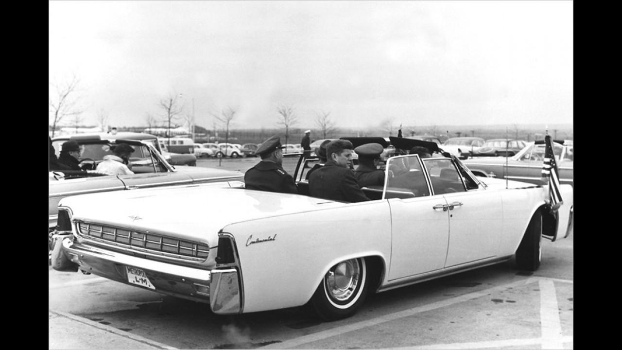 1963, das Todesjahr Kennedys. Hier sitzt er recht luftig in einem Lincoln Continental.