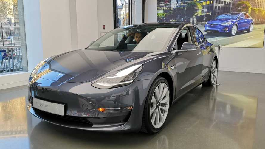 Tesla Model 3 au store Paris-Madeleine