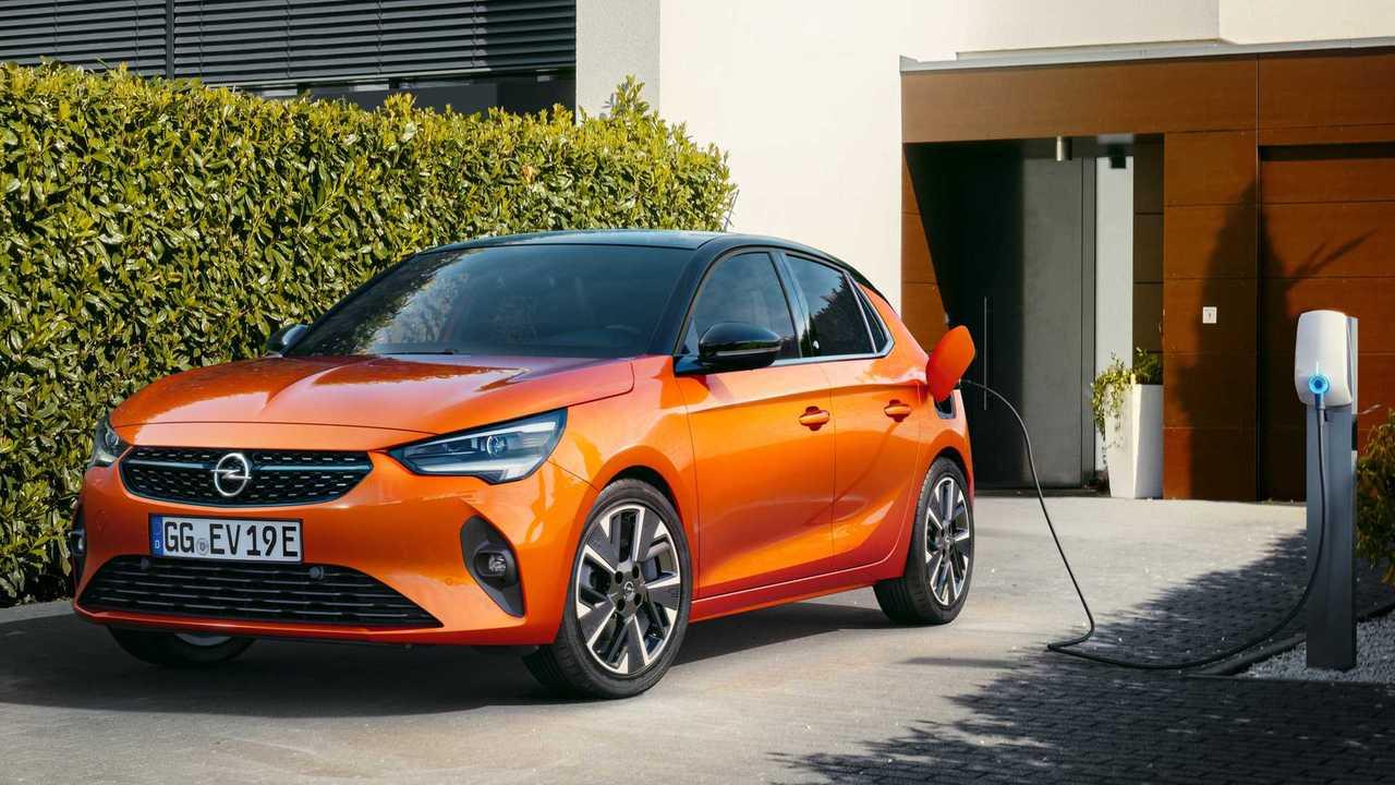 Opel e-Corsa beim Laden an der Wallbox