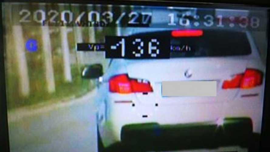 Vaskos bírságra számíthat az 50 helyett 136 km/órás tempóval közlekedő bmw-s