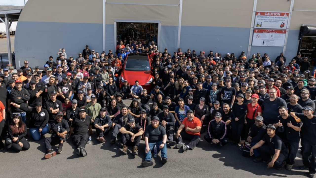Tesla 1.000.000. autója egy fényes piros modell Y