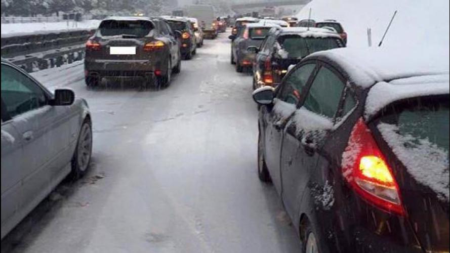 Maltempo, neve sulla A3: Adiconsum chiede ad Anas di risarcire gli automobilisti bloccati
