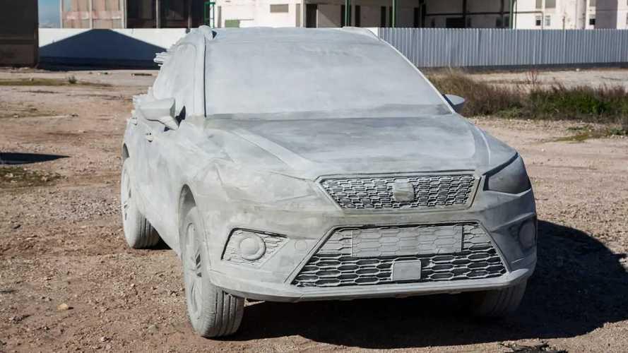 Un SEAT Arona en ciment de quinze tonnes