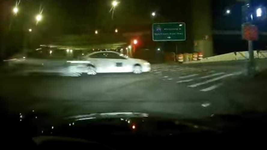 Videó: Majdnem szaltót vetett egy gyorshajtó autós egy new yorki autópálya mellett