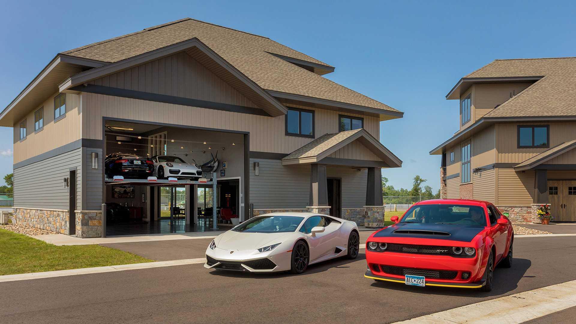 Voici la maison-garage dont tout fan d'automobile rêve !