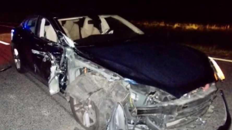Filmezett a sofőr, miközben Teslájának robotpilótája belehajtott egy rendőrautóba