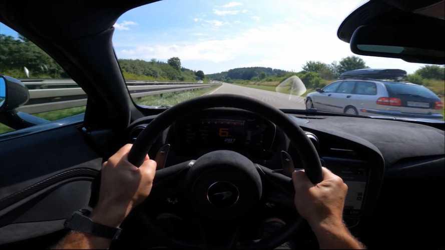 Una McLaren 765LT sfreccia a oltre 300 km/h sulla Autobahn