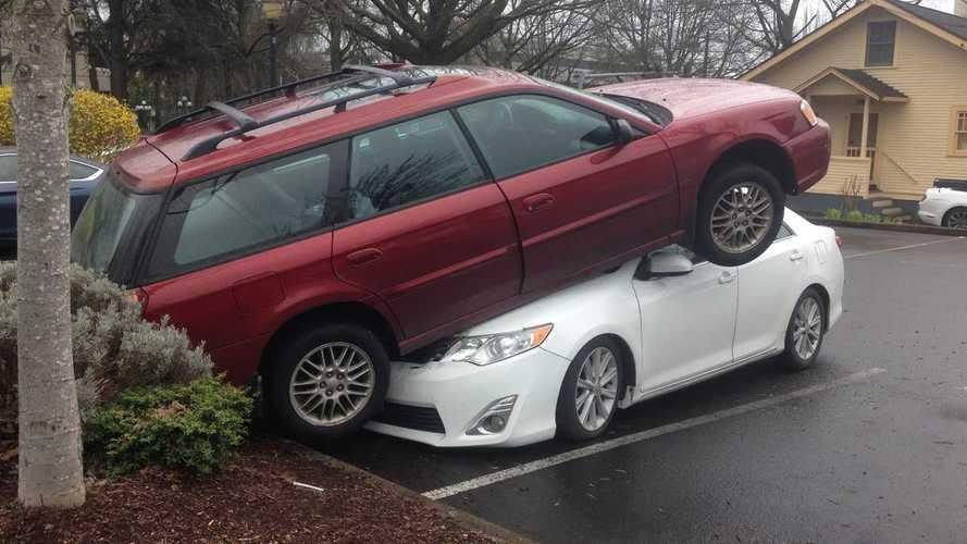 Egy Toyota és egy Subaru feltalálta a függőlegesen párhuzamos parkolást