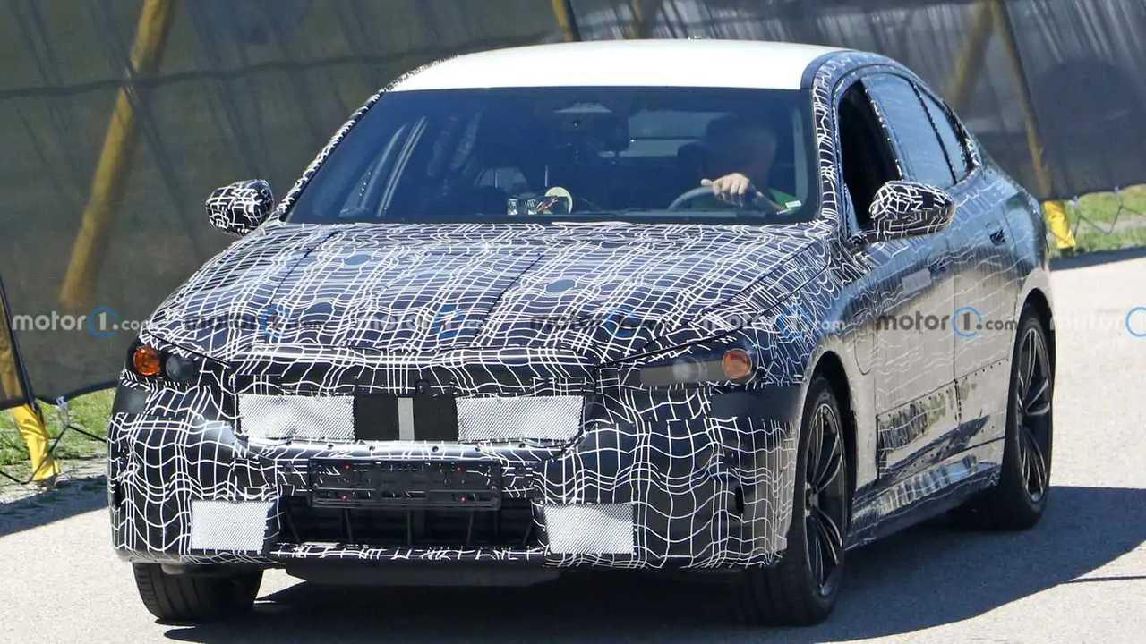 Ein Prototyp der nächsten BMW 5er-Reihe in der Frontansicht