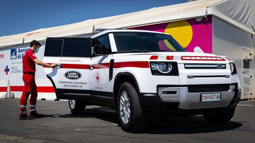 Un Land Rover Defender della CRI per la campagna vaccinale