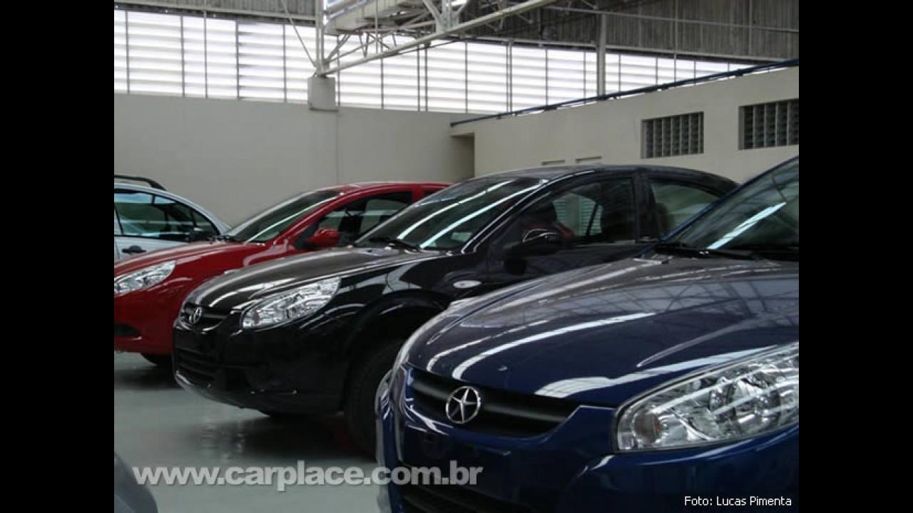 Preparando o lançamento: Novas fotos mostram os chineses JAC J3 hatch e sedan no Brasil