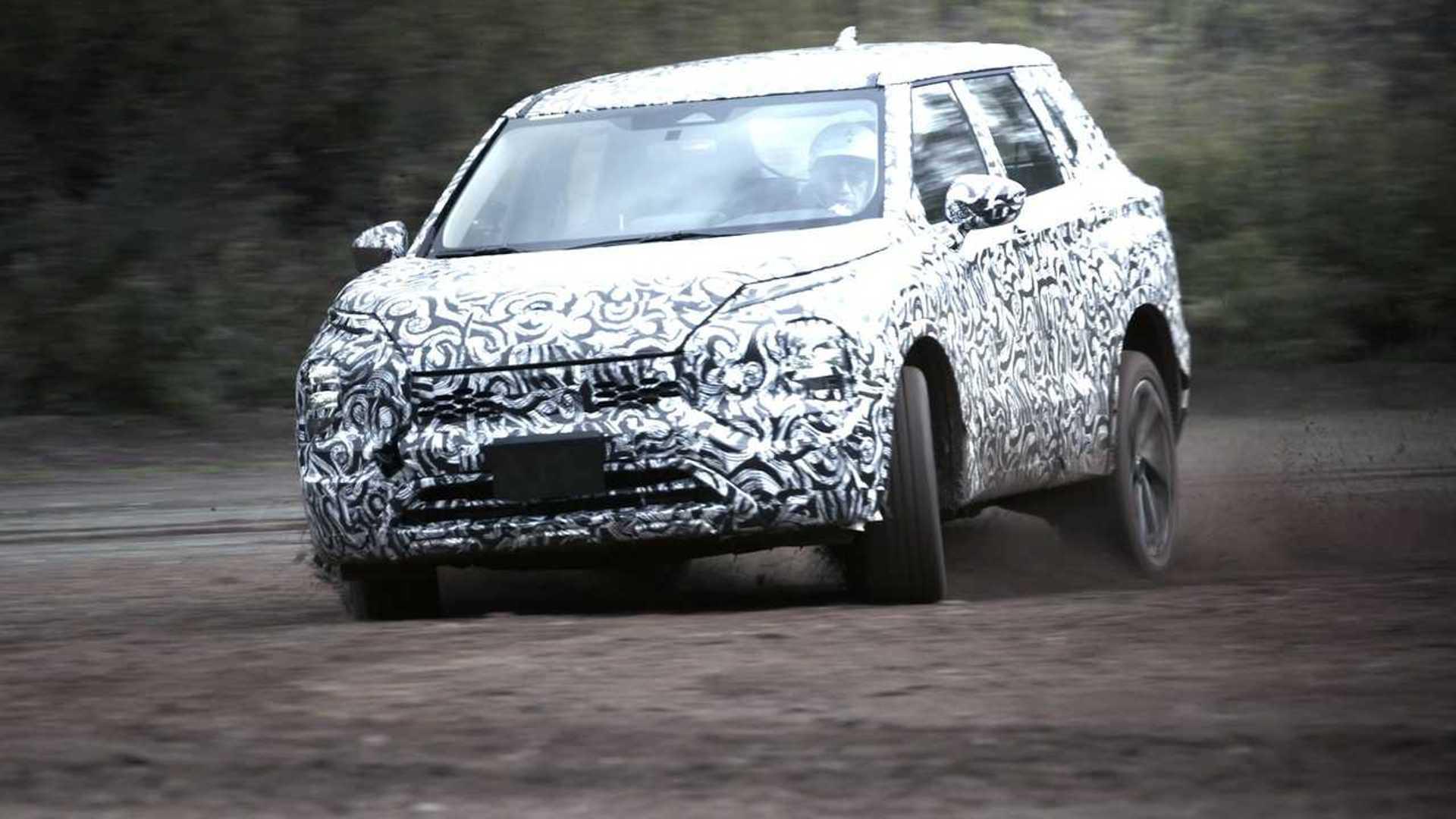 Mitsubishi Outlander 2022 года проходит испытания на бездорожье