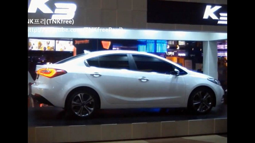 VÍDEO: Novo Kia Cerato 2014 revelado ao vivo em shopping na Coreia do Sul