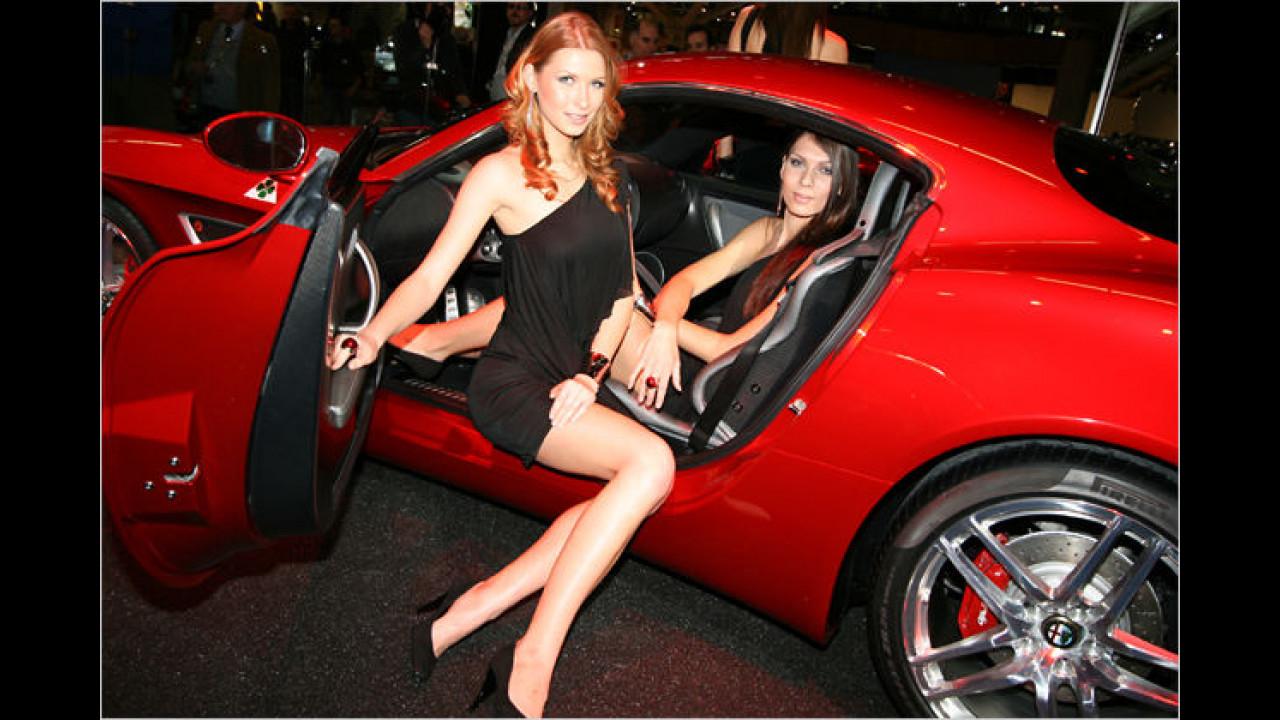 Sag ich doch: Ein roter Sportwagen lockt die Damen an