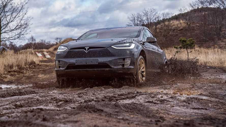 Посмотрите, как Tesla Model X купается в грязи