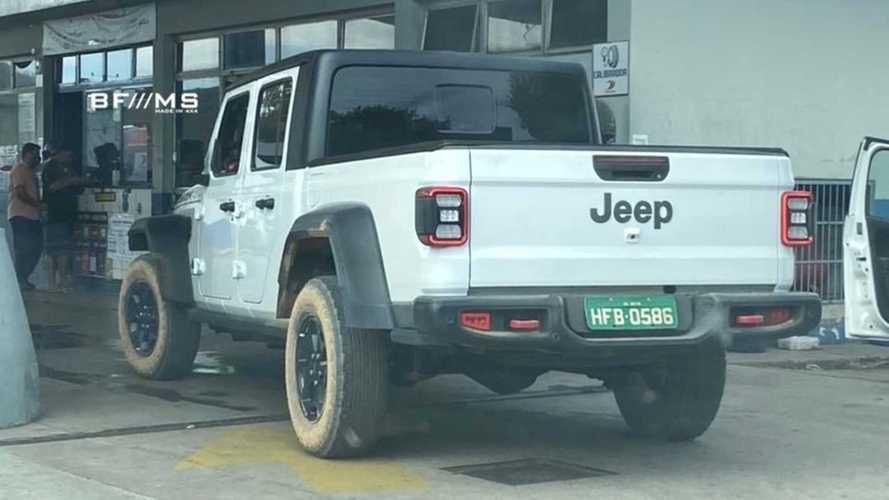 Picape Jeep Gladiator é flagrada de novo no Brasil