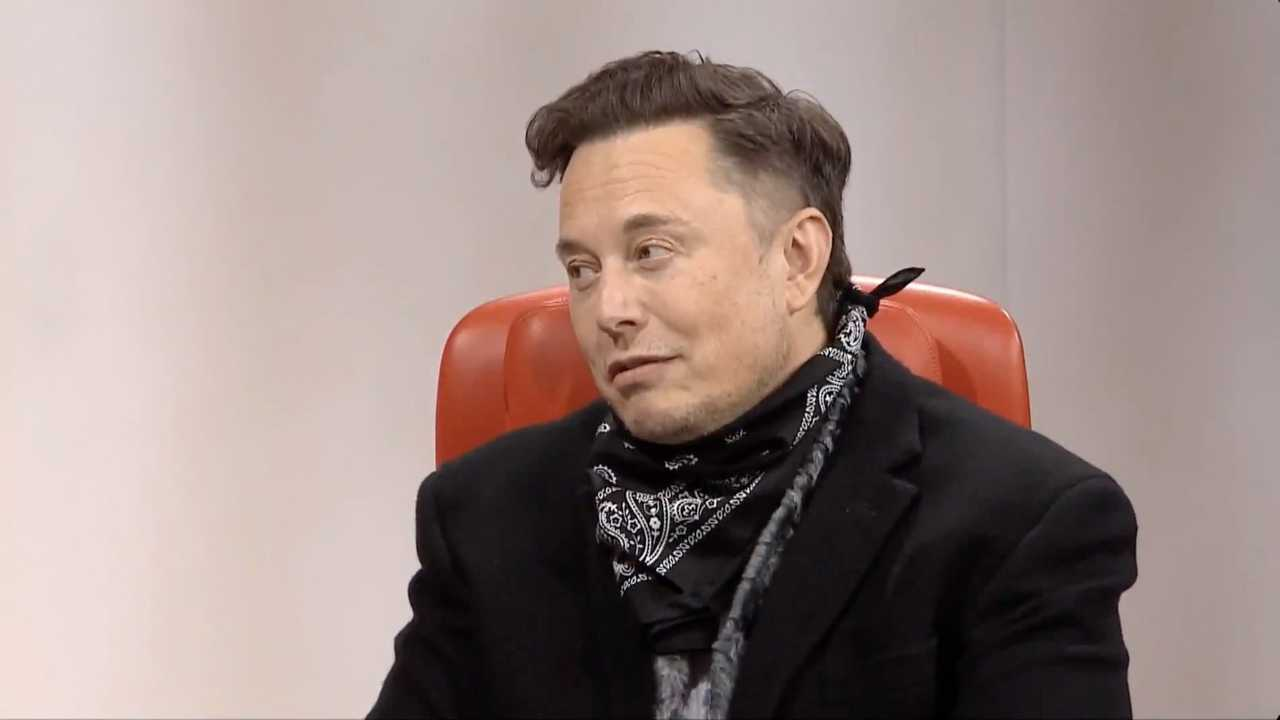 Elon Musk durante una conferenza stampa