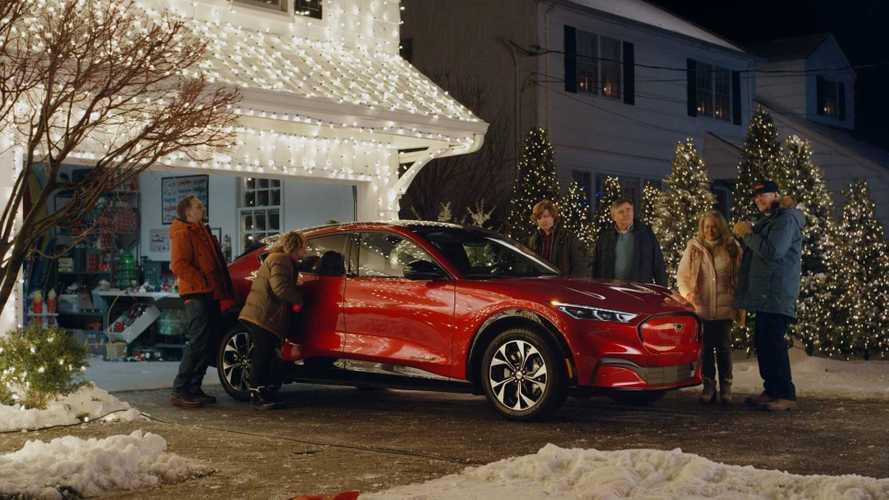 Ford Mustang Mach-E é destaque em comercial que recria Férias Frustadas de Natal