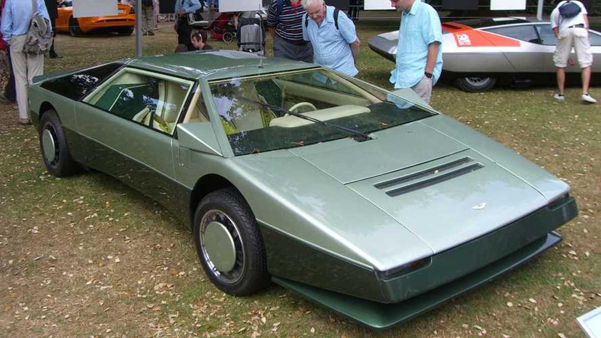 Автомобиль Aston Martin Bulldog 1980-го года в единственном экземпляре пытается преодолеть барьер на скорости 200 миль в час
