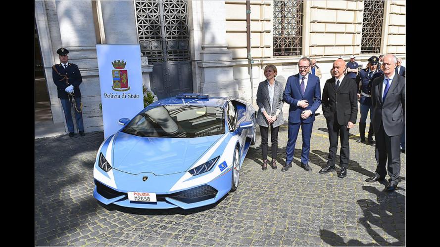 Der Minister ist entzückt: Mit blauen Streifen am Reifen!