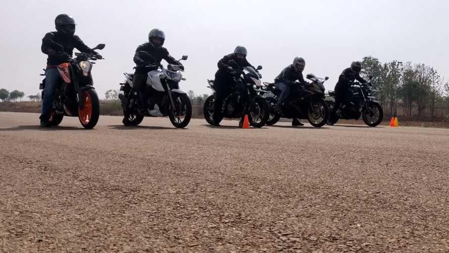 Düşük cc'li birkaç motosikletin amatör drag yarışını izleyin