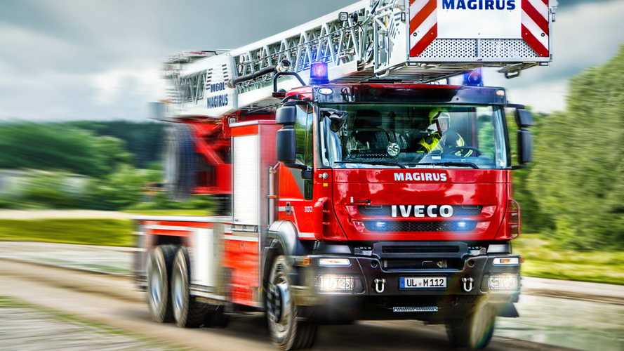 ¿Cómo tengo que actuar si tengo detrás un vehículo de emergencia?