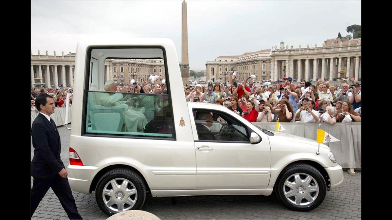 Der 2005 verstorbene Vorgänger des jetzigen Papstes auf dem Petersplatz im Papamobil auf Basis des Mercedes ML 430.
