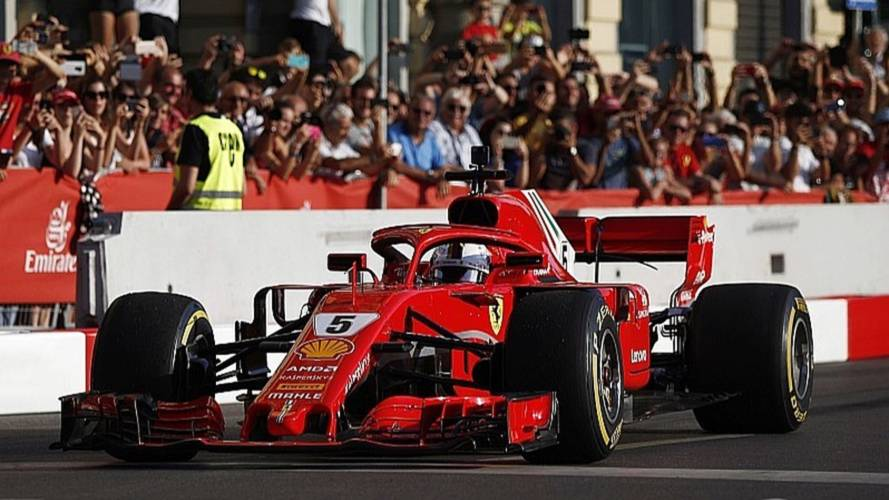 Vídeo: Vettel se la pega durante una exhibición en Milán