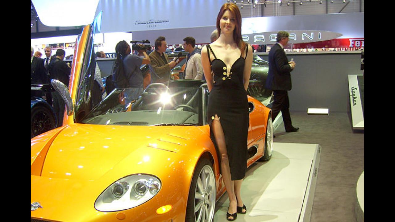 Kleinserienhersteller haben's nicht leicht: Bei Spyker wird sogar die Garderobe der Standmädels mit Sicherheitsnadeln geflickt