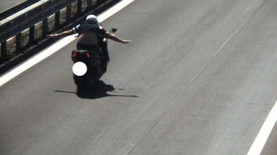 In scooter a 130 km/h senza mani, follia alle porte di Roma