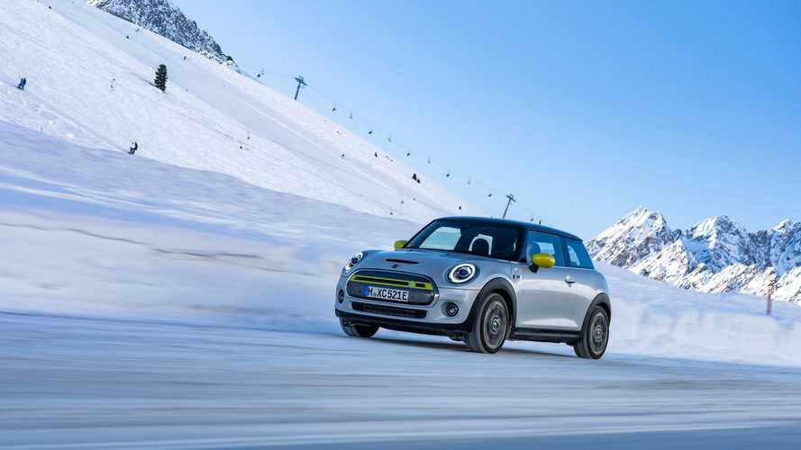 MINI Electric (MINI Cooper SE) in winter scenery