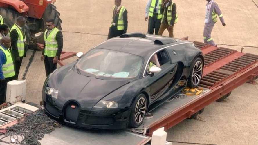 A bezúzás veszélye fenyeget egy méregdrága Bugatti Veyront Zambiában (videóval)