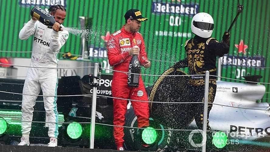 Vettel critica el trofeo y al invitado especial del podio de México