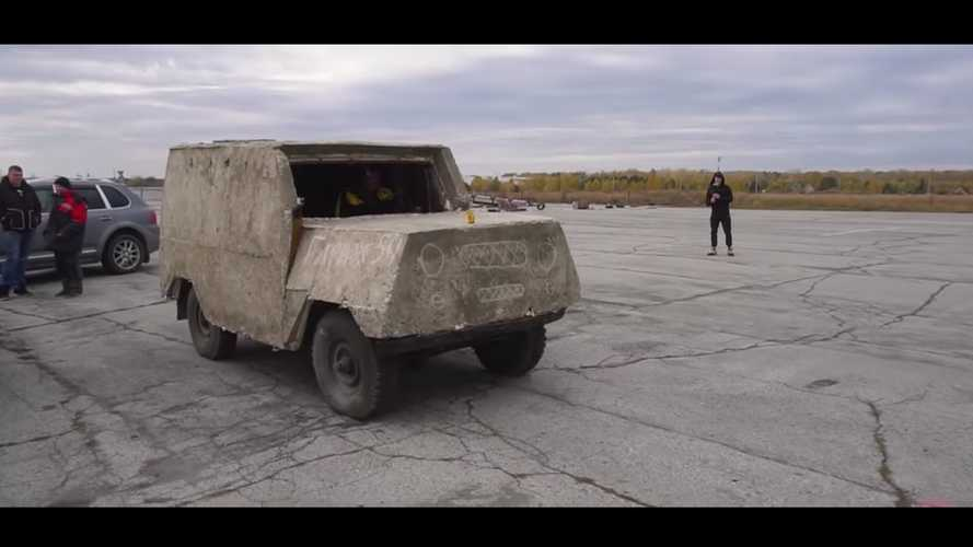 Sziklaszilárd kasztnit kapott ez a betonnal borított UAZ