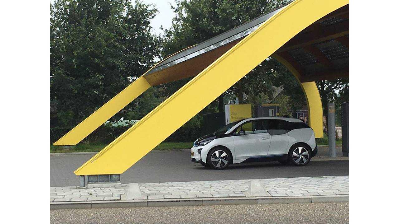 BMW i3 at Fastned charging station