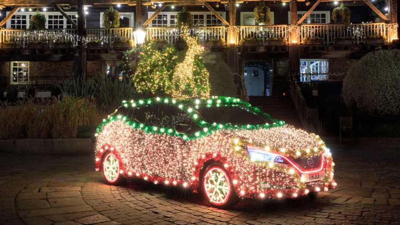 Nissan Leaf virou árvore de Natal