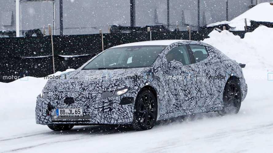 Kémfotókon a Tesla-riválisnak szánt Mercedes-Benz EQE