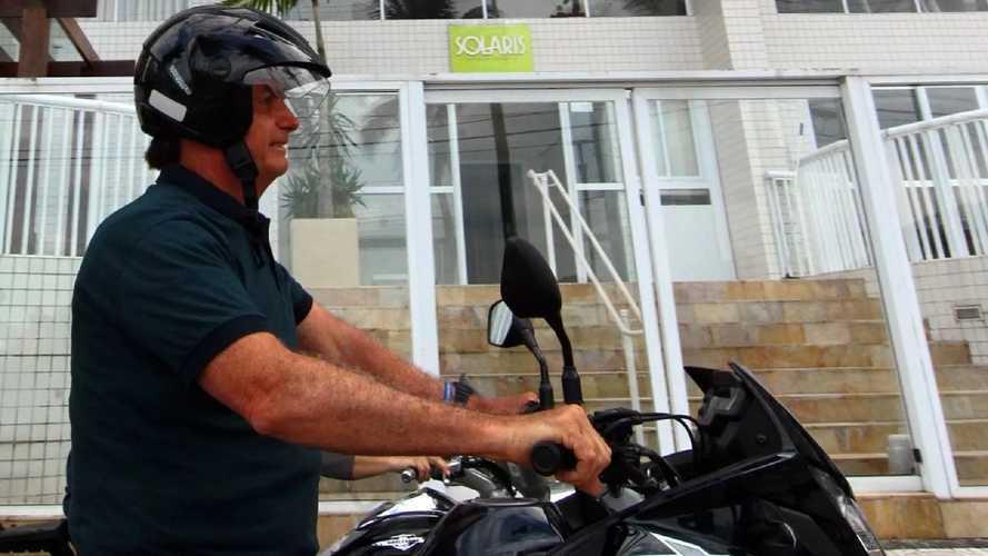 Brasile: il presidente Bolsonaro in moto, ma con il casco slacciato