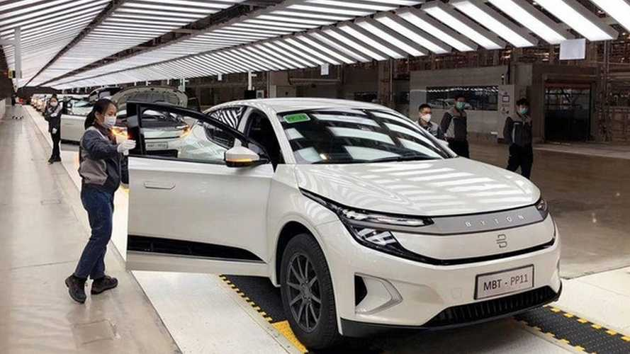 """M-Byte: SUV elétrico com painel gigante de 48"""" começa a ser produzido"""