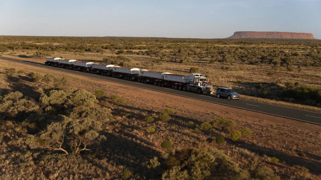Un Land Rover Discovery se atreve con un convoy de 110 toneladas (2017)