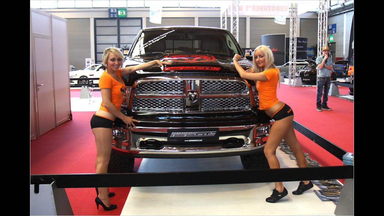 So einen Monster-Truck schaffen die beiden nur zu zweit