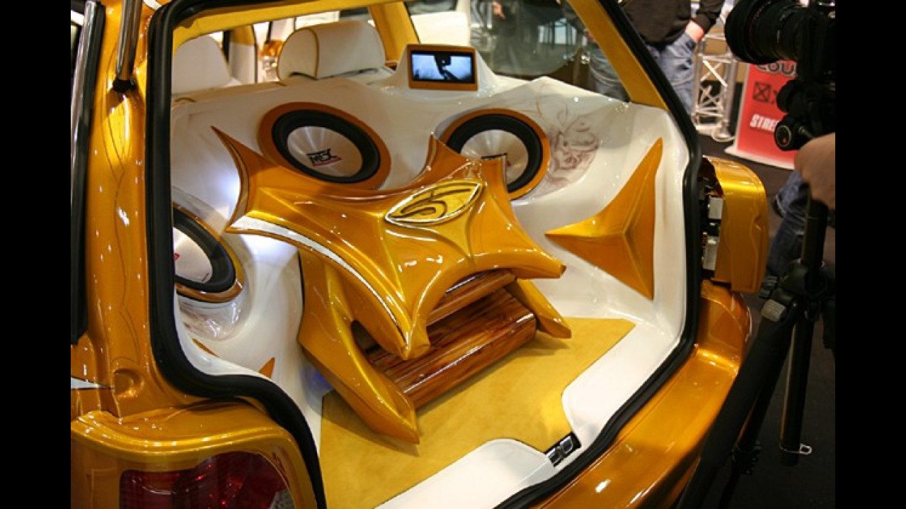 Wem der Passat in Weiß und Gold gefällt, der wird sich auch am Kofferrauminhalt erfreuen