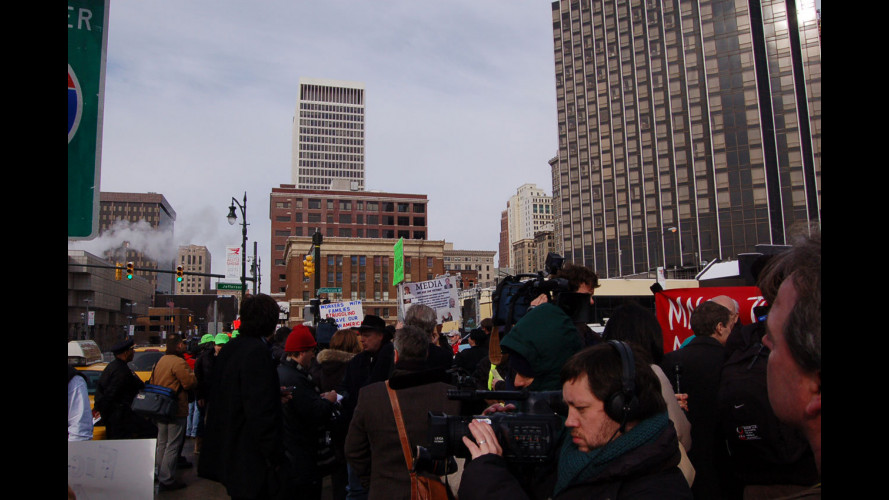 Gli operai Chrysler e GM protestano al Salone di Detroit