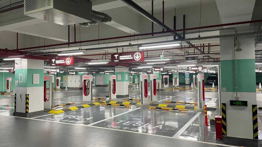 Il Supercharger Tesla più grande del mondo impressiona: 72 postazioni!